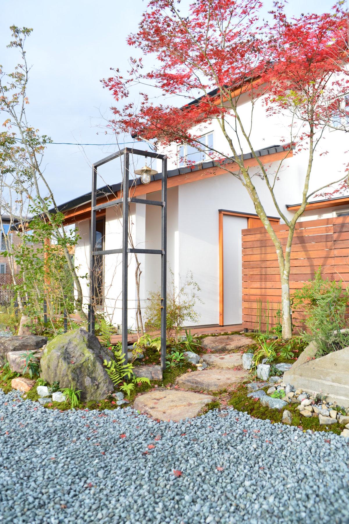 お庭の施工例「モミジが迎える家」