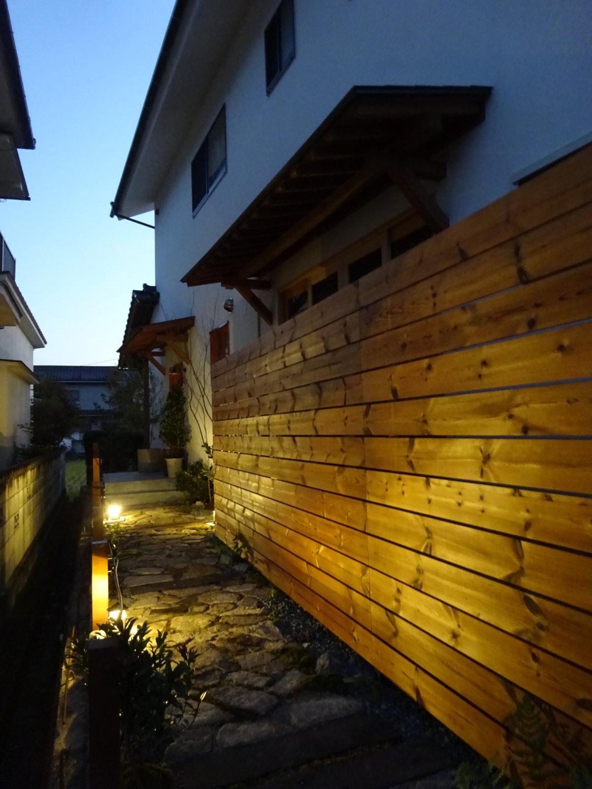 お庭の施工例「サーモウッドのフェンス」